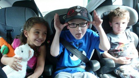 Drei Autositze befestigen? Geht! © 3 kids + 3 booster seats = tight squeeze von vkanaya unter CC BY 2.0