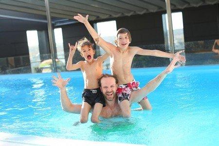 Es im Pool so richtig krachen lassen? Keine gute Idee © Pixabay
