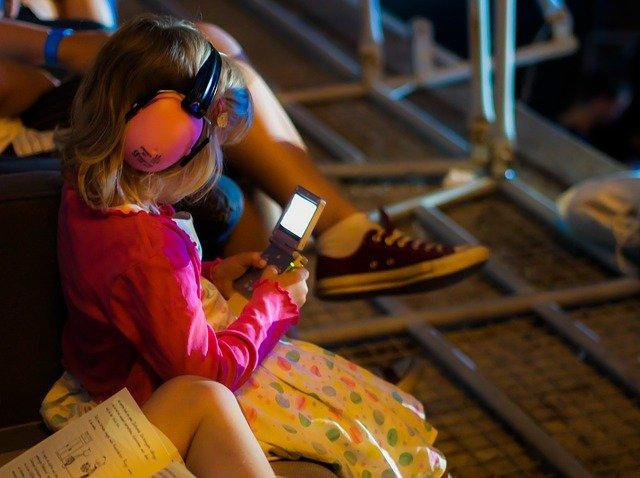 Technik ist auf Reisen mit Kindern recht nützlich © Pixabay