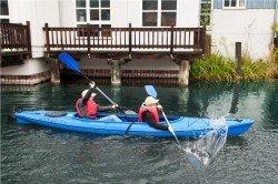 Kinder paddeln im Hafen