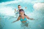 Ob im Hotelpool oder in einem der schönen Freizeitbäder: Schwimmen geht immer © Schmallenberger Sauerland/Sabrinity