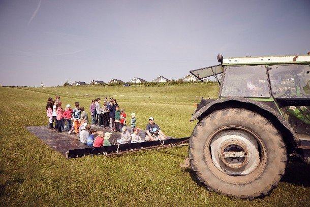 Der wöchentliche Treckerspass darf im Urlaub nicht fehlen © Ferienhof Bendfeldt