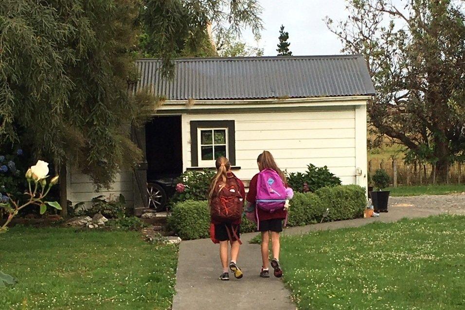 Der erste Schultag in Neuseeland: Lina und ihre Freundin © Vero