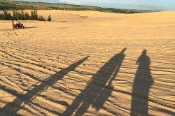 Vero und ihre Familie als Sand-Silhouetten auf den roten Sanddünen in Mui Ne/Vietnam