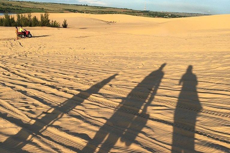 Vero und ihre Familie als Sand-Silhouetten auf den roten Sanddünen in Mui Ne/Vietnam © Vero