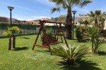 Die schöne grüne Gartenanlage lädt zum Verweilen ein © Hotel Almaluna