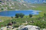 Mit einem langohrigen Begleiter ist der Lac de Nino in den korsischen Bergen auch mit kleinen Kindern erreichbar. © Naturzeit Verlag
