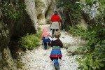 Eine Schlucht ist immer ein spannendes Wanderziel. Die Tour durch die Gorges de Regalon aus unserem Wanderführer »Provence mit Kindern« Foto: Lars Stockman © Naturzeit Verlag