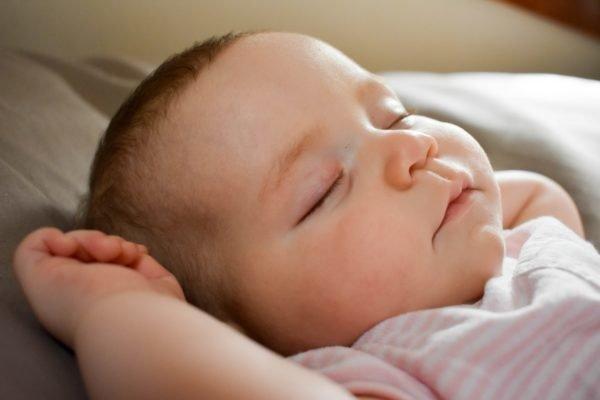 Tipps zum Einschlafen für Babys auf Reisen: Flieger, Auto, Bus und Bahn