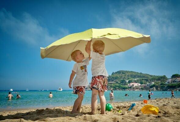 Sonnenbrand bei Babys und Kindern: So verhindert und behandelt ihr ihn richtig